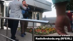 Максим Микитась виходить з віп-терміналу аеропорту «Бориспіль»