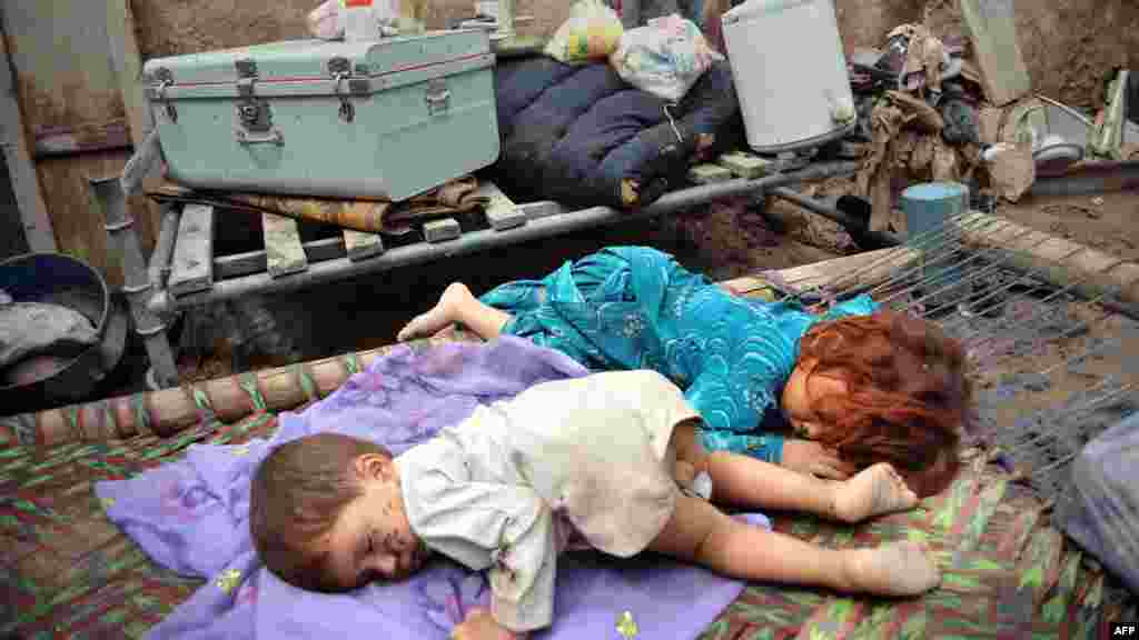 Pakistan - Nakon katastrofalnih poplava mnoge familije ostale su bez krova nad glavom, Peshawar, 6. septembar 2012. Foto: AFP / A. Majeed