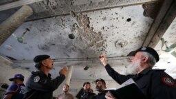 Szakértők vizsgálják az október 27-i, egy iskola ellen elkövetett robbantásos merénylet helyszínét.