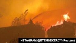 Pompierii încearcă să stingă un incendiu din Antalya. 3 august 2021