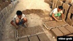 Дзеці робяць цэглу на фабрыцы непадалёк ад сталіцы Таджыкістану, Душанбэ.