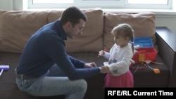 Чотирирічна Мілана Томчук, яка чекає на нову нирку, з батьком, який готовий віддати свою