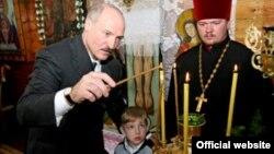 Аляксандар Лукашэнка з сынам Міколам у царкве