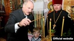 Аляксандар Лукашэнка з сынам у тураўскай царкве на Вялікдзень 2008 году.
