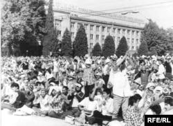 Душанбе, август 1991 года. Участники митинга требуют сноса памятника Ленину и запрета Коммунистической партии