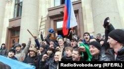Пророссийские активисты у здания Харьковской администрации. 1 марта 2014 года.