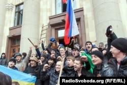Проросійські активісти після штурму будівлі обласної адміністрації у Харкові. 1 березня 2014