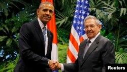 Прэзыдэнт ЗША Барак Абама і прэзыдэнт Кубы Рауль Кастра падчас іх першай сустрэчы на другі дзень візыту Абамы на Кубу, у Гаване, 21 сакавіка 2016 году