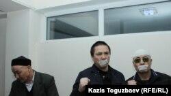 Подсудимые по делу «джихадистов» (слева направо): Кенжебек Абишев, Алмат Жумагулов и Оралбек Омыров. Алматы, 16 октября 2018 года.