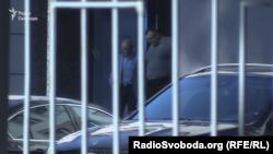 Анатолій Шкрібляк (л) та Сергій Міщенко (п) виходять із одного зі столичних бізнес-центрів