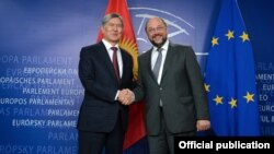 Kyrgyz President Almazbek Atambaev with the President of the European Parliament Martin Schulz in Brussels on September 17.