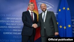 Алмазбек Атамбаев Европарламенттин төрагасы Мартин Шульц менен жолугууда, 17-сентябрь, 2013-жыл