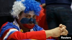 Фанат сборной России по хоккею во время матча с участием российской команды. Сочи, 19 февраля 2014 года.
