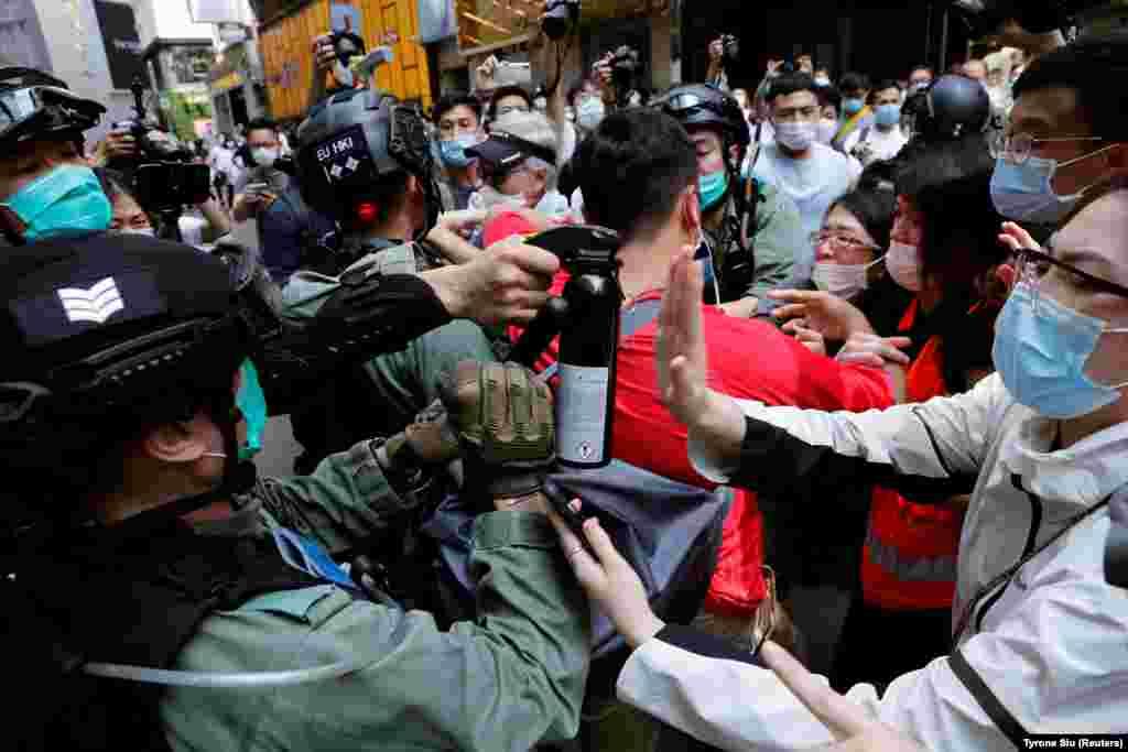Антиурядові протестувальники під час сутичок із поліцією проти ухвалення суперечливого закону про національний гімн Китаю (REUTERS/Tyrone Siu)