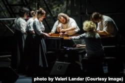 Уся дія відбувається навколо препарованого фортепіано