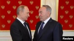 Президент России Владимир Путин и президент Казахстана Нурсултан Назарбаев (справа).