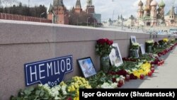 Russia -- Flowers at the place of murder of the russian opposition leader Boris Nemtsov, 18Apr2015