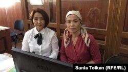 Айгуль Акбердиева (справа), жена Абловаса Джумаева, и ее адвокат Жанар Сундеткалиева в зале суда. Актау, 24 сентября 2018 года.