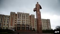 Statuia lui Lenin în fața clădirii Sovietului suprem și a executivului de la Tiraspol