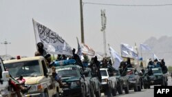 Tálib harcosok ünneplik a nemzetközi erők kivonását Kandahárban 2021. szeptember 1-jén