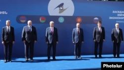 Ташкилотга аъзо давлатлар лидерлари Ереванда.