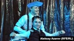 Театр актерлары Филипп Волошин (тұрған) мен Тимур Бонданк «Кемтар» спектаклінде. Алматы, 7 сәуір 2013 жыл.