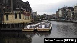 Намое аз Амстердам -- пойтахти Ҳолланд.