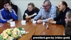 Віктар Бабарыка сярод прысутных на сустрэчы з Аляксандрам Лукашэнкам 10 кастрычніка ў СІЗА КДБ