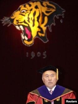 Нұрсұлтан Назарбаев Оңтүстік Корея университетінде сөйлеп тұр. Сеул, 23 сәуір 2010 жыл.