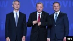 Polşanyň prezidenti Andrzej Duda (sagdan birinji), Türkiýäniň prezidenti Rejep Taýýyp Erdogan (sagdan ikinji) we NATO-nyň baş sekretary Jens Stoltenberg. 8-nnji iýul, 2016 ý.