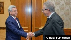 Armenia - President Serzh Sarkisian (L) meets with Gianni Buquicchio, head of the Venice Commission, Yerevan, 8Oct2015.