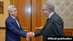 Президент Армении Серж Саргсян приветствует председателя Венецианской комиссии Джанни Букиккио (справа), Ереван, 8 октября 2015 г.