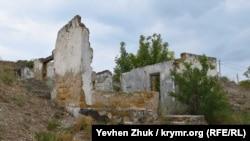 Разрушенное здание караульного помещения