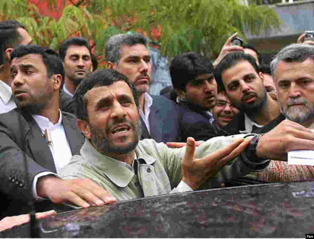 آقای احمدی نژاد در واکنش به اعتراض شماری از دانشجويان گفت:« آنها با عملکرد خودشان نشان دادند که نمايندگان جنبش دانشجويی نيستند»