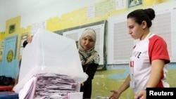 Pamje nga numërimi i fletëvotimeve të zgjedhjeve në Tunizi