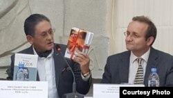 Президент Казахского ПЕН-клуба Бигельды Габдуллин (слева) на презентации перевода на английский язык книги Мухтара Ауэзова «Красавица в трауре». Алматы, 20 сентября 2017 года.