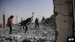 Sirieni curățind orașul Raqqa de ruine, 19 iulie 2017