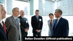 Президент Алмазбек Атамбаевдин америкалык чоң компаниялардын өкүлдөрү менен жолугушуусу. Нью-Йорк. 21-сентябрь, 2017-жыл.
