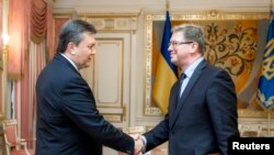 Viktor Yanukovich (majtas) dhe Stefan Fyle