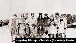 Віктар Сівохін (сядзіць першы зьлева) зсаслужыўцамі