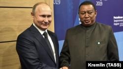 Владимир Путин и глава ОПЕК, нигерийский политик Мохаммед Сануси Баркиндо
