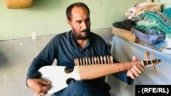 غلام نبی یکی از سازندگان رباب در ولایت هرات