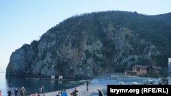 Пляж военного санатория «Крым» на фоне «морды» Медведь-горы