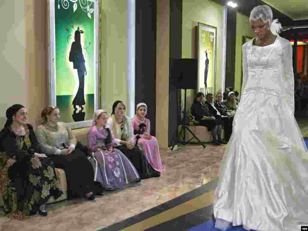 Čečenija - Nešto drugačija fotografija iz Groznog... - Modna kreacija Laure i Medni Ardjievija na otvaranju njihove modne kuće u Groznom, glavnom gradu Čečenije.