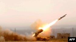 """Ирак әскері """"Ислам мемлекеті"""" ұйымының позицияларына қарсы шабуылдап жатыр. Сәуір 2015 жыл."""