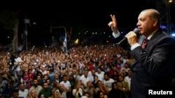 Թուրքիայի նախագահ Ռեջեփ Էրդողանը դիմում է Ստամբուլի իր նստավայրի դիմաց հավաքված աջակիցներին, 19-ը հուլիսի, 2016թ.