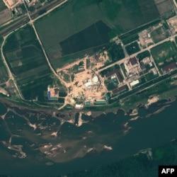 Спутниковая фотография северокорейского ядерного исследовательского центра в Йонбене