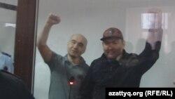 Атырауские активисты Макс Бокаев (справа) и Талгат Аян в суде, где слушается их дело. Атырау, 28 ноября 2016 года.