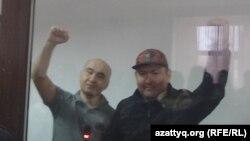 Гражданские активисты Макс Бокаев (слева) и Талгат Аян в суде в день оглашения им приговора. Атырау, 28 ноября 2016 года.