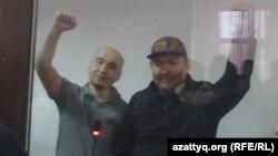 Сотталған азаматтық белсенділер Макс Боқаев (сол жақта) пен Талғат Аян. Атырау, 28 қараша